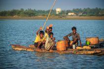 Otroci na deblaku v Indiji. / Children in a logboat in India.