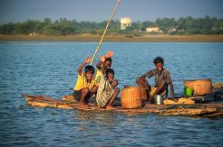 Otroci na deblaku v Indiji. / Children in a logboat in India.