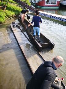 Priprava deblakov na prvo letošnjo vožnjo. / Preparation of the logboats to this year first navigation.